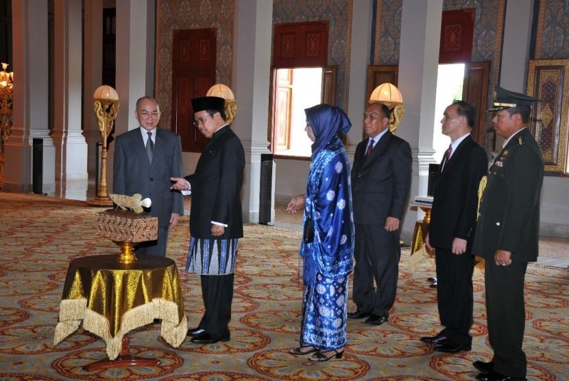Raja Kamboja, Yang Mulia Preah Bat Samdech Preah Boromneath Norodom Sihamoni, menerima surat-surat kepercayaan dari Duta Besar baru RI untuk Kerajaan Kamboja, Sudirman Haseng, Jumat (25/5) di Royal Palace, Phnom Penh.