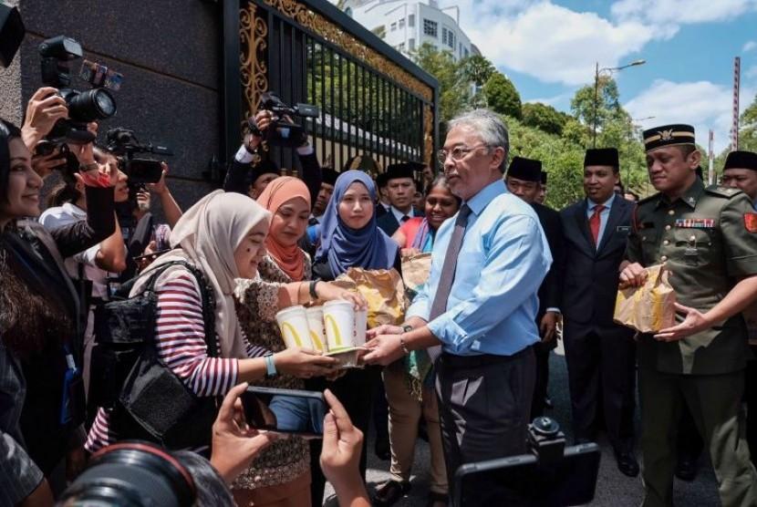 Liput Perseteruan Politik, Pers Malaysia Dikirimi Makanan