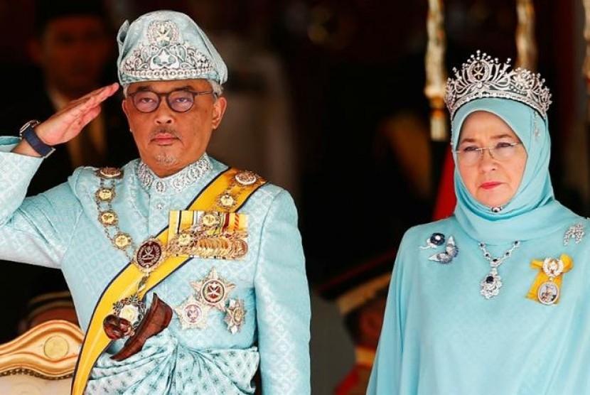 Raja Malaysia Sultan Abdullah bin Sultan Ahmad Shah didampingi permaisuri Tunku Azizah Aminah Maimunah saat upacara penobatan sebagai Raja Malaysia ke-16.