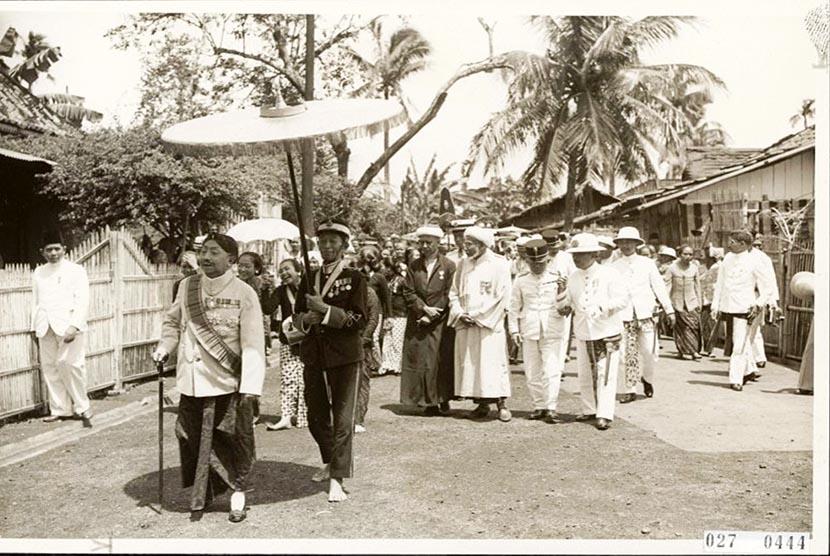 Raja Pakubuwono X ketika berkunjung ke Masjid Luar Batang 1920