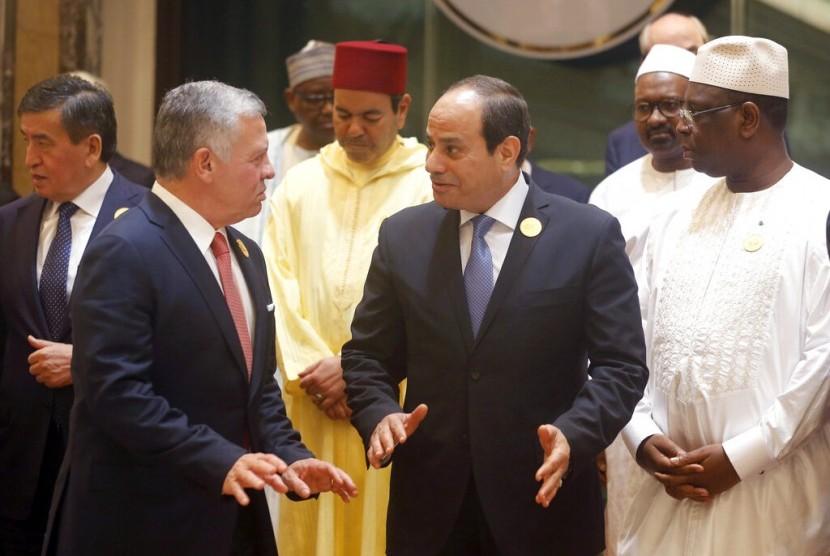 Raja Yordania Abdullah II (kiri) berbicara dengan Presiden Mesir Abdel Fattah el Sissi usai pertemuan Konferensi Tingkat Tinggi Organisasi Kerjasama Islam (OKI) di Makkah, Arab Saudi, belum lama ini.