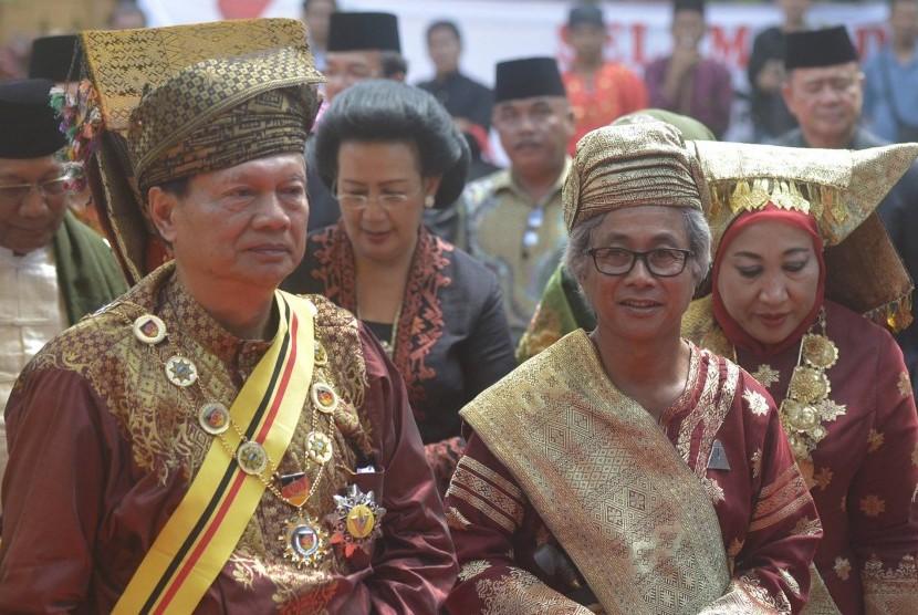 Rajo Alam Minangkabau Sultan Haji Muhammad Taufiq Thaib (kiri).