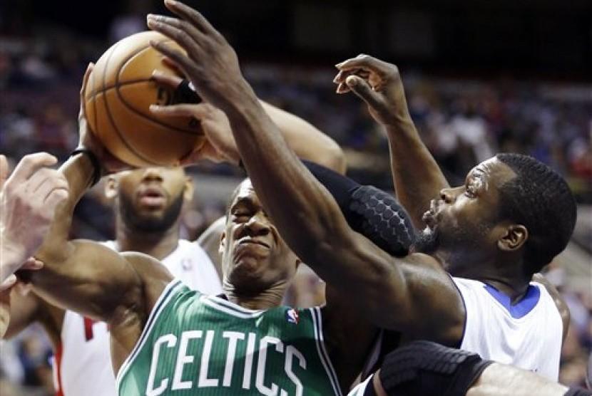 Rajon Rondo (kiri), guard Boston Celtics, berupaya mempertahankan bola dari guard Detroit Pistons, Will Bynum, dalam laga NBA di Auburn Hills, Michigan, Ahad (20/1).