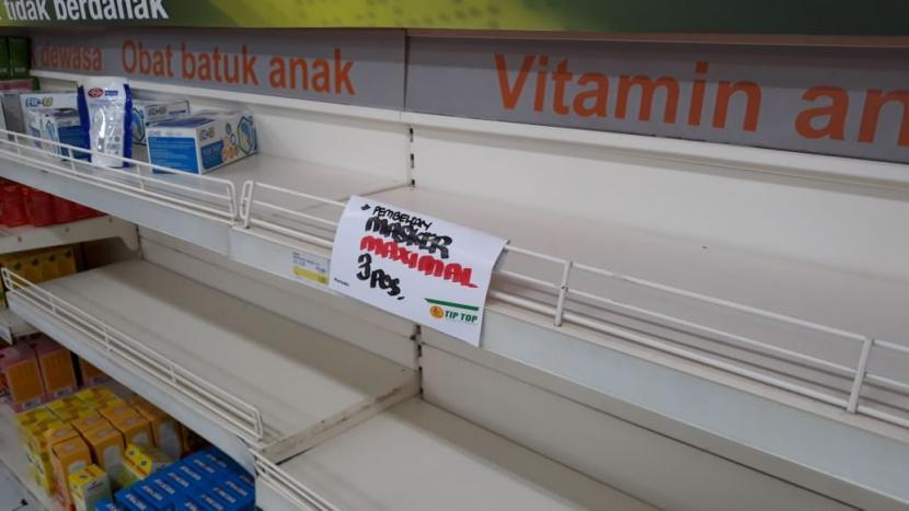 Rak kosong di sebuah toko ritel di Tangerang, Banten, Senin (2/3). Warga melakukan aksi panic buying di tengah kekhawatiran penyebaran virus corona di Indonesia.(Republika/Ani Nursalikah)