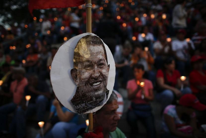 Rakya Venezuela memegang lilin dalam sebuah upacara untuk mendoakan Presiden Huga Chavez