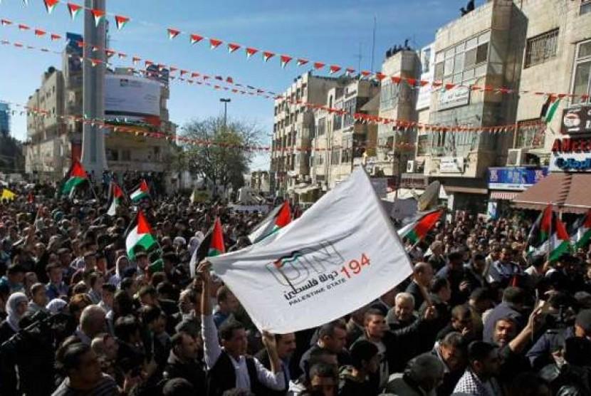 Rakyat Palestina memenuhi jalanan di Ramallah, Tepi Barat, untuk merayakan perubahan status dari pemantau menjadi negara non anggota PBB.