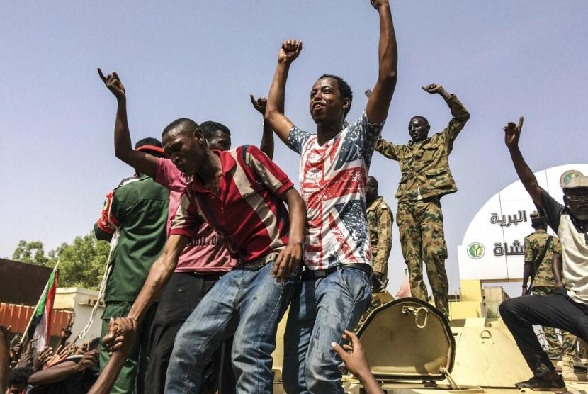 Rakyat Sudan merayakan mundurnya presiden Omar al-Bashir di Khartoum, Sudan, Kamis (11/4). Al-Bashir digulingkan militer setelah 30 tahun berkuasa.
