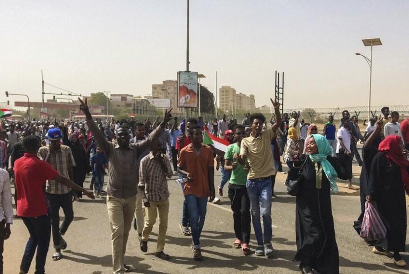 Rakyat Sudan merayakan setelah militer memaksa mundur Presiden Omar al-Bashir setelah 30 tahun berkuasa di Khartoum, Sudan, Kamis (11/4).