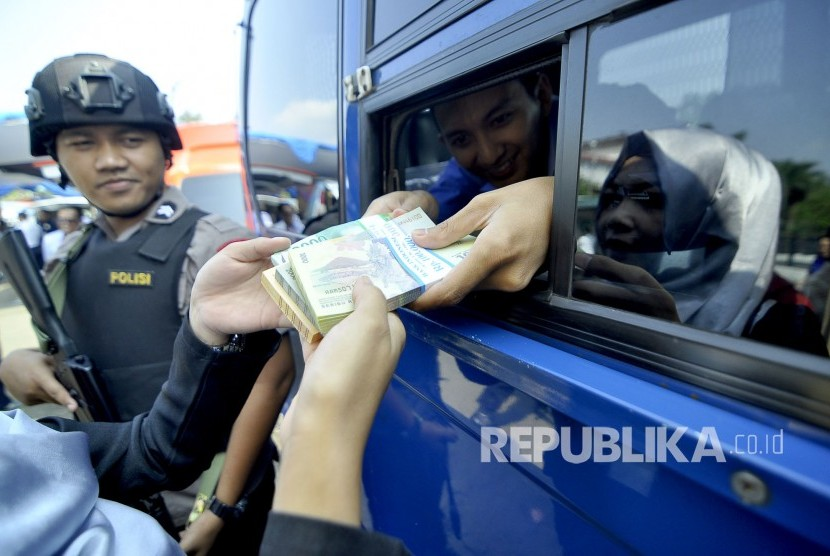 Ramadahan dan Lebaran Seorang warga menukarkan uang pecahan baru di mobil layanan penukaran uang terpadu, di Monumen Perjuangan Rakyat Jabar, Jalan Dipatiukur, Kota Bandung, Senin (5/6).
