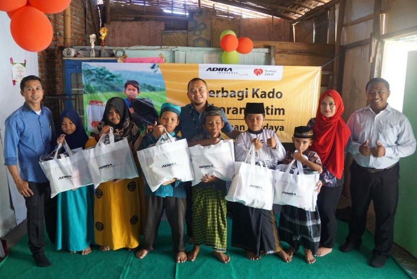Ramadhan Rumah Zakat bersama Adira Insurance Syariah menyalurkan sebanyak 180 paket Kado Lebaran Yatim (KLY).