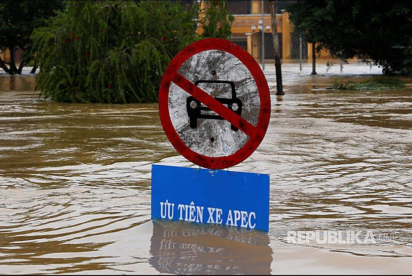 Rambu bertuliskan 'Utamakan Kendaraan APEC Summit' terpampang di Kota tua Hoi An, Vietnam, setelah badai Damrey menerjang Vietnam.