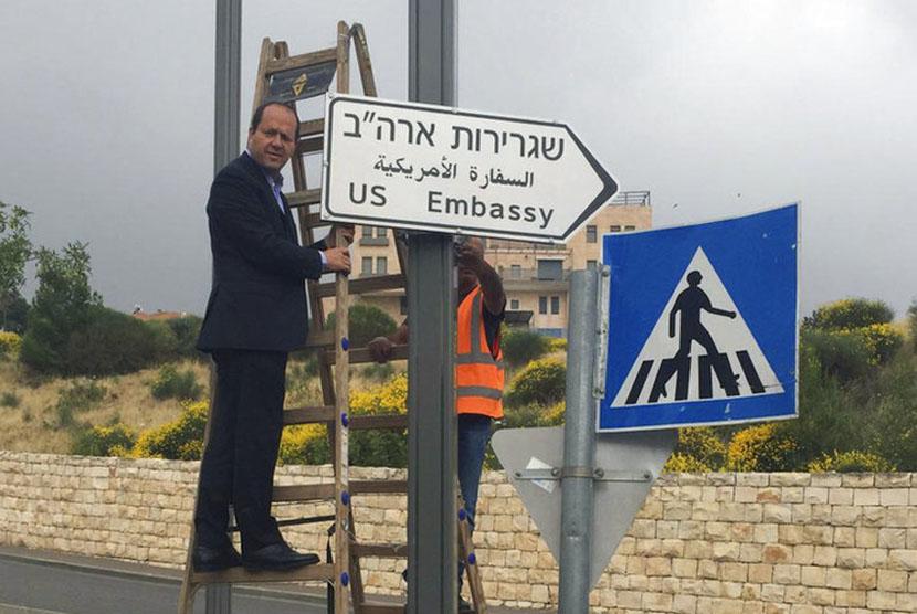 Rambu jalan kedutaan besar AS di Yerusalem