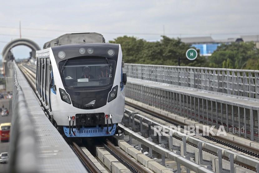 Rangkaian Light Rail Transit (LRT) Palembang menuju stasiun Jakabaring, Palembang, Sumatera Selatan, Ahad (27/5).