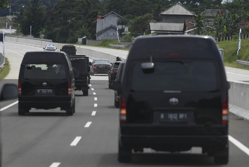 Rangkaian mobil presiden melintasi Jalan Tol Ciawi-Sukabumi Seksi 1 (Ciawi-Cigombong) sebelum peresmian di Bogor, Jawa Barat, Sabtu (1/12/2018).