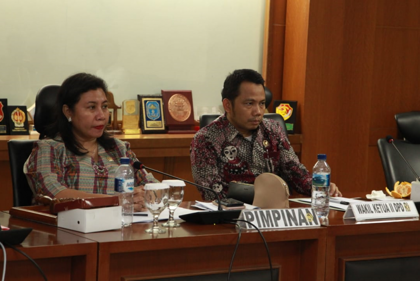 Rapat Dengar Pendapat dengan Kepala Badan Pengembangan dan Pemberdayaan Sumber Daya Manusia Kesehatan, Usman Sumantri di Gedung DPD RI, Jakarta, Selasa (12/3).