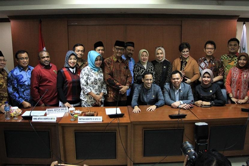 Rapat kerja antara Komite III DPD RI dengan Mendikbud, Nadiem Makarim di Gedung B DPD RI, Jakarta, Rabu (12/2). Wakil Ketua DPD RI Sultan Baktiar Najamudin meminta pemerintah untuk meningkatkan pemerataan kualitas pendidikan di daerah.