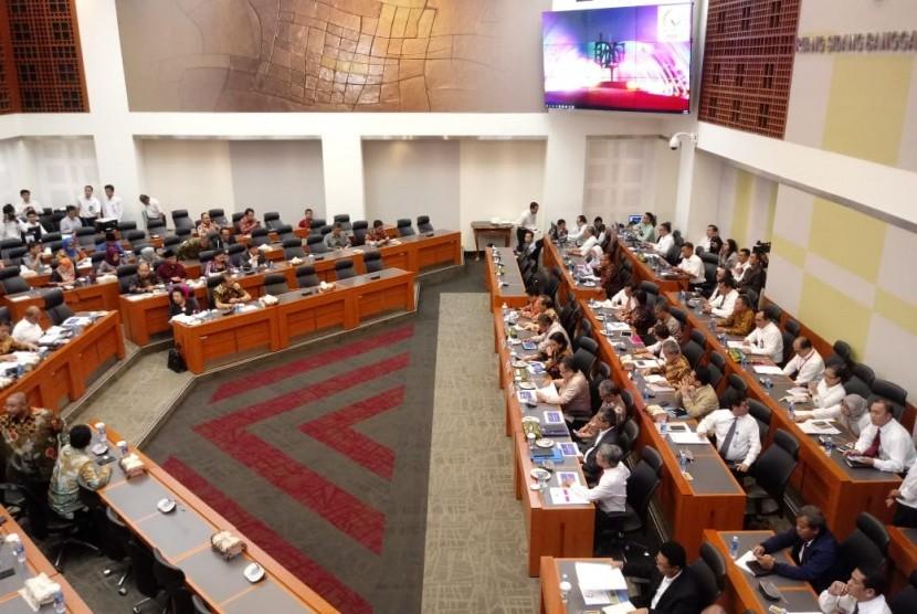 Rapat kerja Badan Anggaran DPR dengan Kementerian Keuangan, Bank Indonesia dan Kementerian PPN tentang Penetapan Postur Sementara RAPBN 2019 di Ruang Rapat Banggar DPR, Jakarta, Senin (15/10).