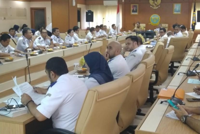 Rapat koordinasi terkait tumpahan minyak dan gas di Pantura Karawang.