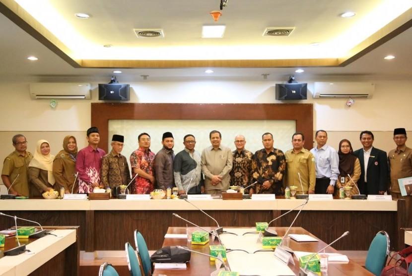 Rapat kunjungan kerja antara delegasi Komite III DPD-RI dengan Sekretaris Daerah Provinsi Aceh, Selasa (27/11).