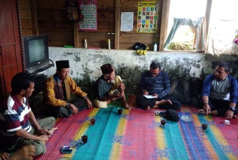 Rapat Penjago Bondar Desa Hatabosi, Tapsel, untuk menjaga konservasi air kawasan Cagar Alam Sibual-buali.