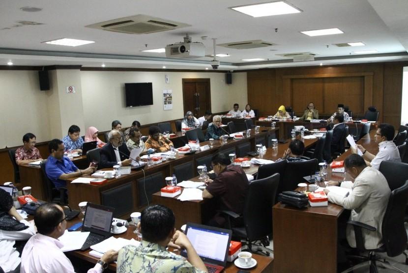 Ketua Komite IV DPD RI Ajiep Pandindang, didampingi waki ketua Komite IV  Ayi Hambali dan Siska Marleni dalam Rapat Pleno Pembahasan Laporan Penyususnan Naskah Akademi  dan Rancangan Undang Undang  Pajak Bumi Bangunan dengan Tim Ahli PBB dan Pembahasan Studi Referensi RUU PBB, di ruang rapat Komite, DPD RI, Kompeleks Parlemen, Senayan, Jakarta  (11/6).