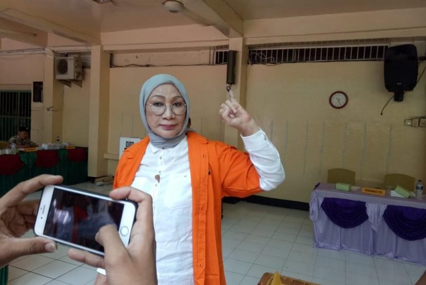 Ratna Sarumpaet saat memberikan hak suaranya di TPS 15, di dalam rutan kriminal umum/kriminal khusus Polda Metro Jaya, Rabu (17/4).