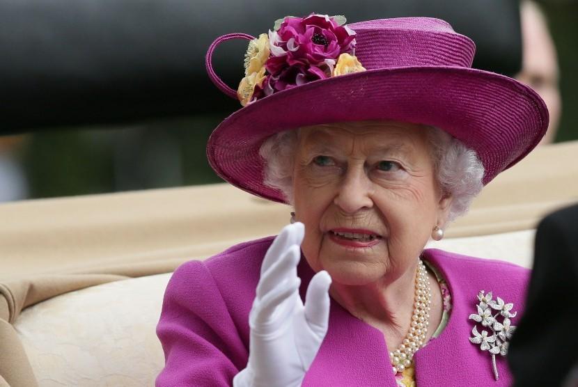 Ratu Elizabeth bertopi sesuai tradisi Royal Ascot.