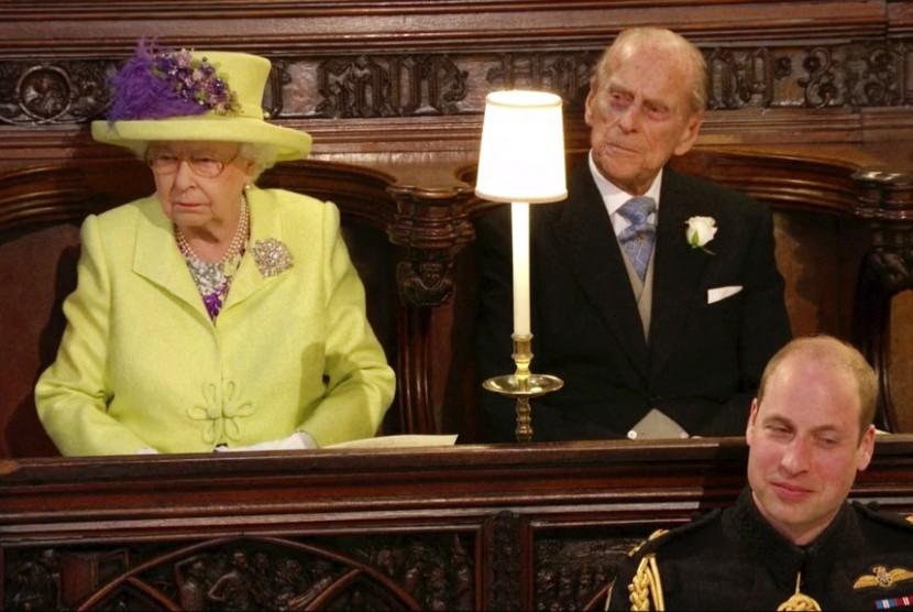 Ratu Elizabeth di perkawinan Pangeran Harry-Meghan Markle, Sabtu (19/5) didampingi suaminya Pangeran Philip. Tampak di depan mereka Pangeran William duduk di Kapel St George, Windsor, Inggris.