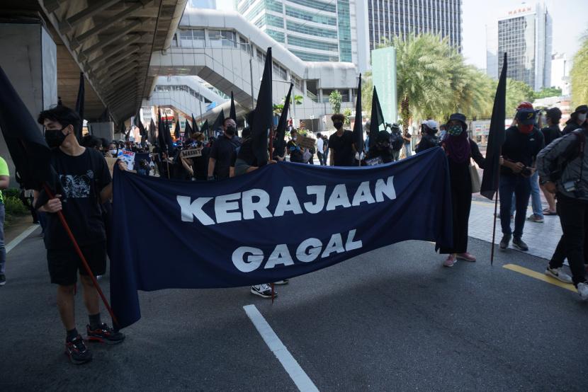 Ratusan anak muda berpakaian hitam yang dikoordinir Sekretariat Solidaritas Rakyat (SSR) berunjuk rasa dengan melakukan konvoi dari Stasiun LRT Masjid Jamek menuju Dataran Merdeka Kuala Lumpur, Sabtu, (31/7/2021). Mereka meminta Perdana Menteri Muhyiddin Yassin dan kabinetnya mengundurkan diri karena dinilai gagal menjalankan pemerintahan.