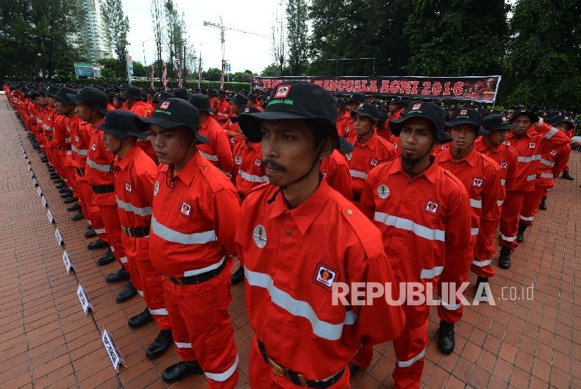 Ratusan anggota Manggala Agni mengikuti apel temu karya Manggala Agni dengan tema Galang Tekad dan Kerjasama Mencegah Kebakaran Hutan dan Lahan di Lapangan Kantor Kementerian LHK, Jakarta, Jumat (16/12).