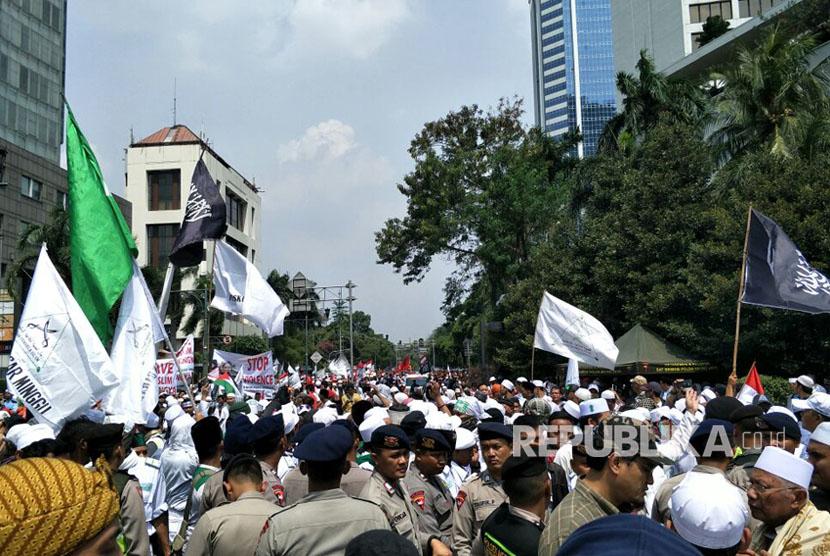 Ratusan demonstran dari berbagai kelompok masyarakat menggelar aksi bela Rohingya (ilustrasi)
