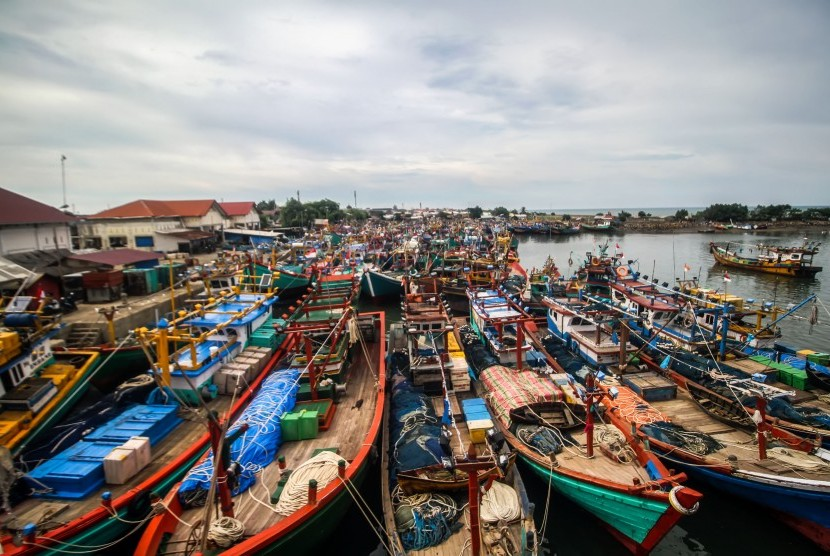 Ratusan Kapal Motor (KM) nelayan parkir.