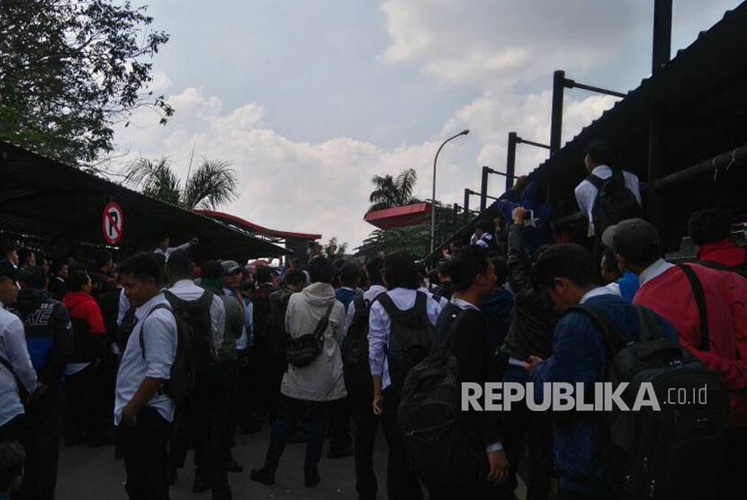 Ratusan karyawan kontrak PT Transjakarta melakukan aksi unjuk rasa di kantornya yang berada di Jalan Mayjen Sutoyo, Cawang, Jakarta Timur, Senin (12/6).