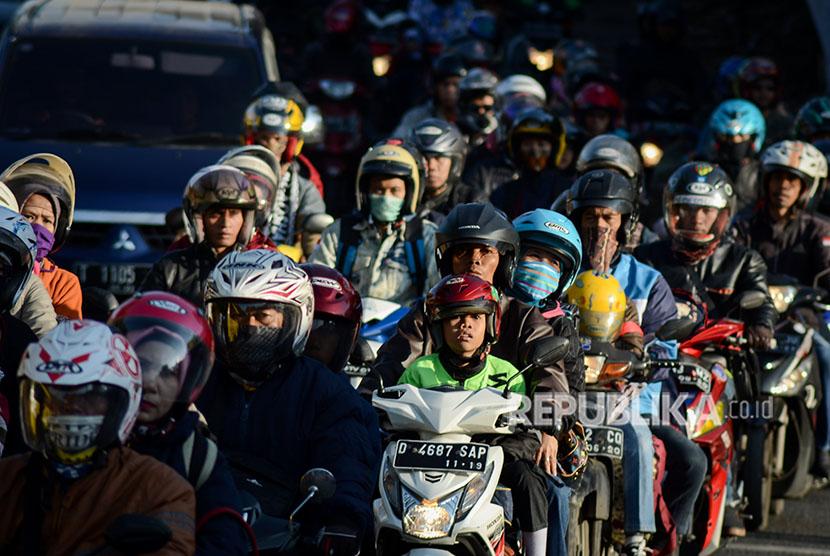 Ratusan kendaraan melintas di Jalur Nagreg, Kabupaten Bandung, Jawa Barat, Kamis (14/6). Pada H-1 Hari Raya Idulfitri 1439 H, Polres Bandung memberlakukan sistem satu arah di Jalur Nagreg untuk mengurai kemacetan yang kerap kali terjadi di kawasan tersebut.