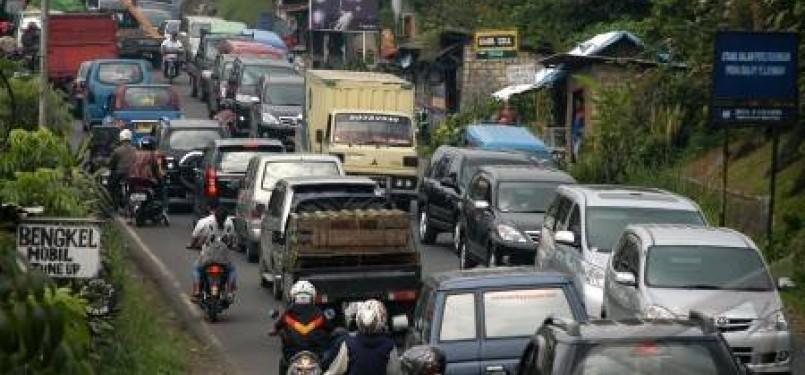 Ratusan kendaraan terjebak kemacetan di kawasan Puncak Cisarua, Bogor, Jawa Barat.