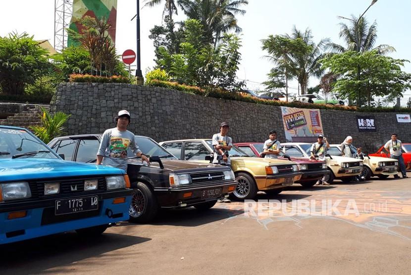 Ratusan mobil tua atau retro dari Jabar, DKI Jakarta dan Banten ditampilkan dalam ajang Suka Retro Bumi Classic 2018 di Gedung Widaria Kencana Kota Sukabumi Sabtu (5/5).