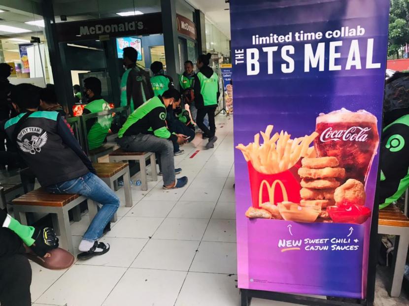 Ratusan ojek online memadati gerai McD di Jalan Pajajaran, Bogor Timur, Kota Bogor akibat pesanan BTS Meal yang baru diluncurkan hari ini, Rabu (9/6).