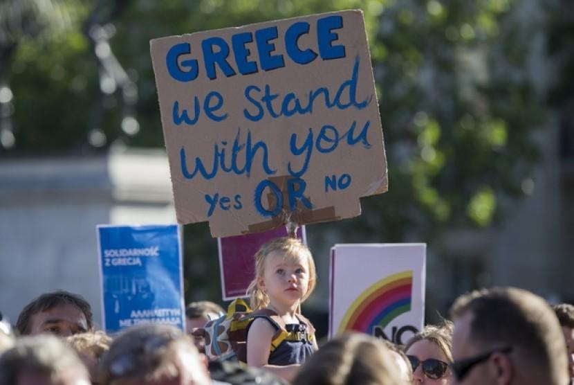 Ratusan orang berkumpul di London, Inggris, mengelukan dukungan mereka terhadap ekonomi Yunani sekaligus mengkritik cara Bank Sentral Eropa membantu ekonomi Yunani.