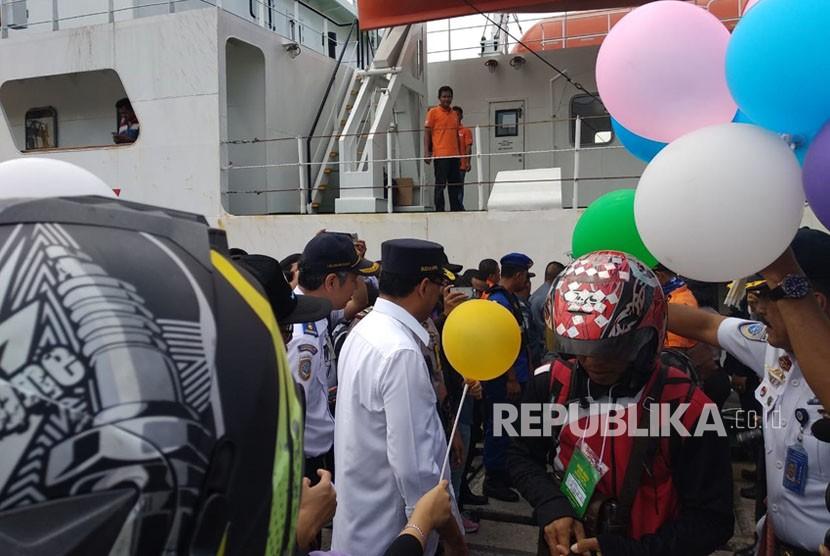 Ratusan pemudik motor gratis pada arus balik tiba di Pelabuhan Tanjung Priok, Jakarta Utara dari Pelabuhan Tanjung Emas, Semarang, Rabu (20/6). Menteri Perhubungan (Menhub) Budi Karya Sumadi menyambut para penumpang dengan memberikan balon saat turun dari kapal.