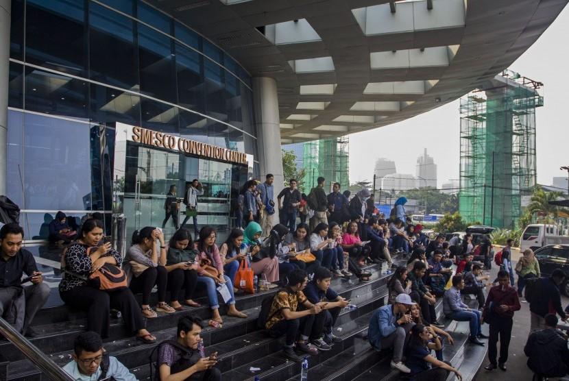 Ratusan pencari kerja melihat informasi lowongan kerja pada acara Mega Career Expo 2018 yang digelar di Gedung Smesco, Jakarta, Sabtu (7/7).