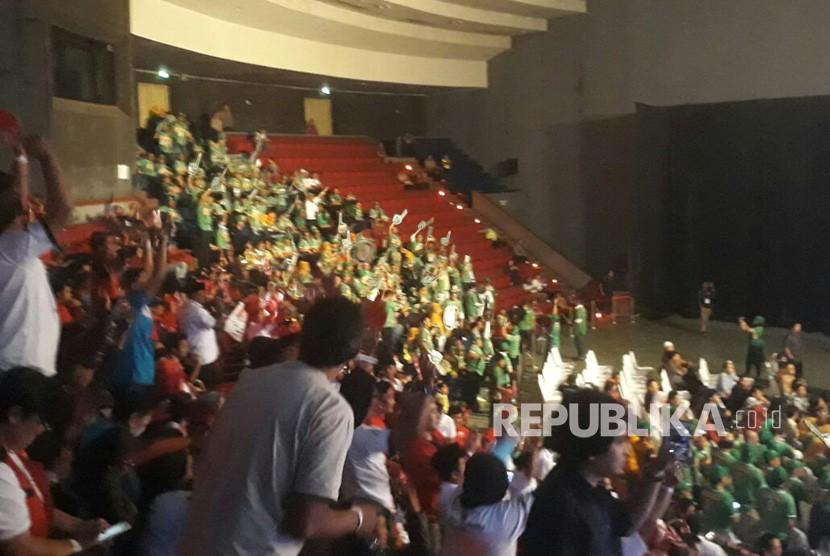 Ratusan pendukung dari masing-masing pasangan calon di pilgub Jabar meneriakan yel-yel dan teriakan dukungan terhadap paslon yang didukung di debat pilgub jabar, Senin (12/3).
