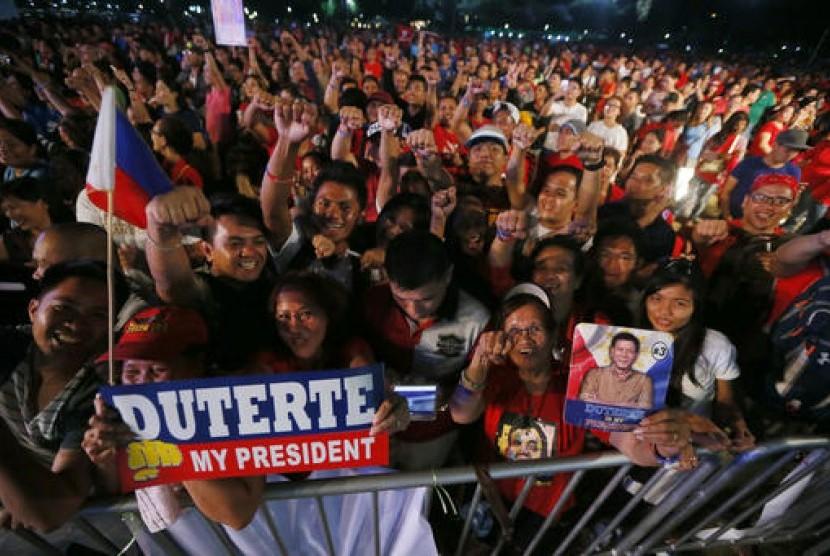 Ratusan pendukung Presiden Filipina Rodrigo Duterte berkumpul di Rizal Park, Manila, Sabtu (25/2). Mereka mendukung perang narkoba Duterte sekaligus memperingati 31 tahun pemberontakan terhadap Ferdinand Marcos.