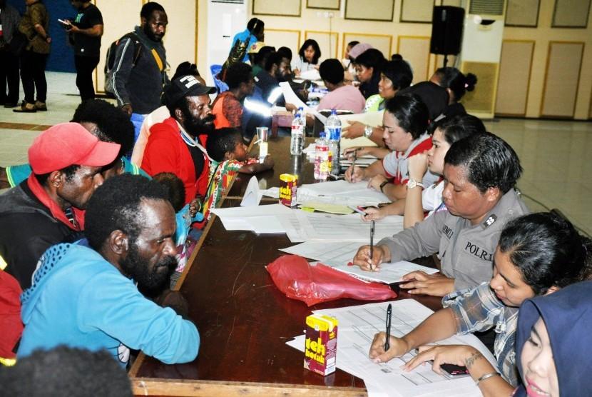 Ratusan pengungsi warga tiga desa, Banti, Utikini dan Kimbeli, Distrik Tembagapura dicatat datanya oleh petugas Pemda, di Gedung Eme Neme Yauware, Timika, Papua, Senin (19/11).