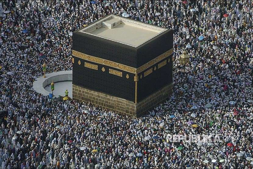 Ratusan ribu jamaah haji dari berbagai negara melaksanakan tawaf wada di Masjid Haram, Makkah, Kamis (23/8) waktu setempat. Selanjutnya mereka berangsur-angsur akan kembali ke tanah air masing