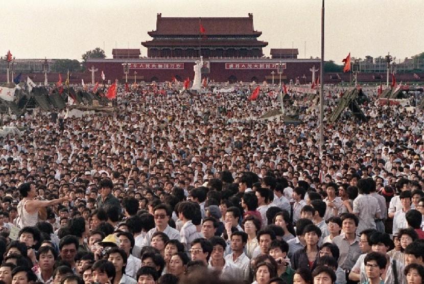 Ratusan ribu mahasiswa dan masyarakat Cina melakukan aksi unjuk rasa di lapangan Tiananmen Beijing