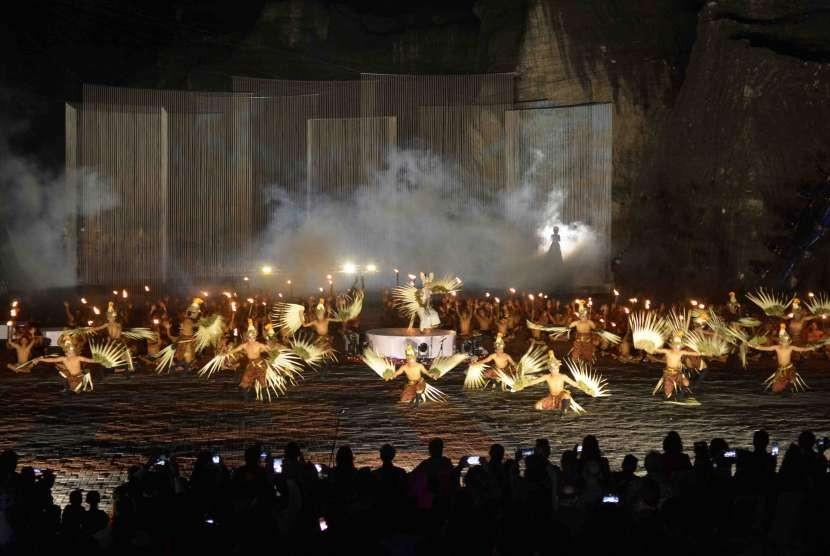 Ratusan seniman menampilkan Tari Cak Kolosan saat syukuran penyelesaian patung Garuda Wisnu Kencana (GWK) di Jimbaran, Bali, Sabtu (4/8). Patung setinggi 121 meter tersebut terdiri dari 754 modul dirancang selama 28 tahun oleh seniman Nyoman Nuarta yang nantinya akan digunakan untuk menyambut para delegasi Pertemuan Tahunan Dana Moneter Internasional-Bank Dunia (Annual Meeting IMF-WB) 2018.