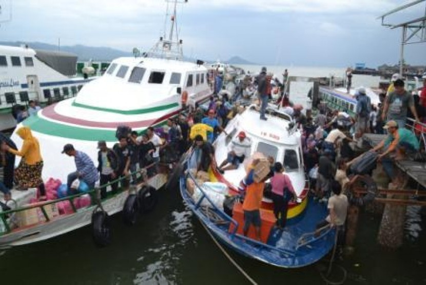 Ratusan TKI dari Sabah, Malaysia pulang ke Indonesia melalui Pelabuhan Tunon Taka Kabupaten Nunukan, Kaltim.