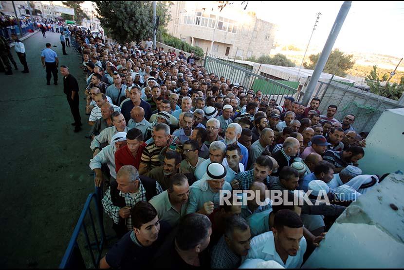 Ratusan warga Palestina mengantre di pos pemeriksaan militer Israel menuju kawasan kompleks Al Quds di Jerusalem untuk melaksanakan Shalat Jumat. Israel melakukan penutupan pintu masuk ke kompleks Masjid Al Aqsa tersebut. (Ilustrasi)