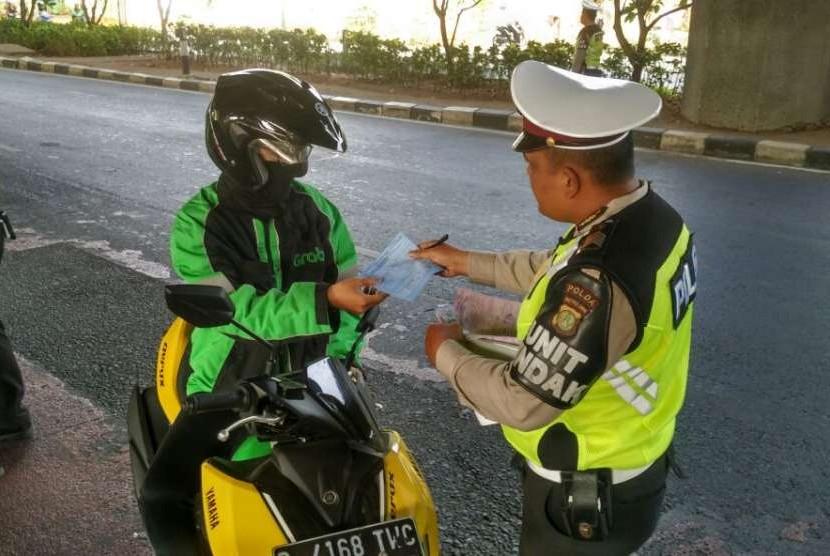 Razia lalu lintas oleh Satlantas Jakarta Pusat, di jalan Ahmad Yani dan kawasan Pasar Baru, Rabu (12/9).