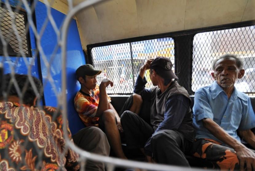 RAZIA PMKS - Sejumlah gelandangan diamankan ketika razia yang dilakukan oleh Dinas Sosial DKI Jakarta di Kawasan Tanah Abang Jakarta